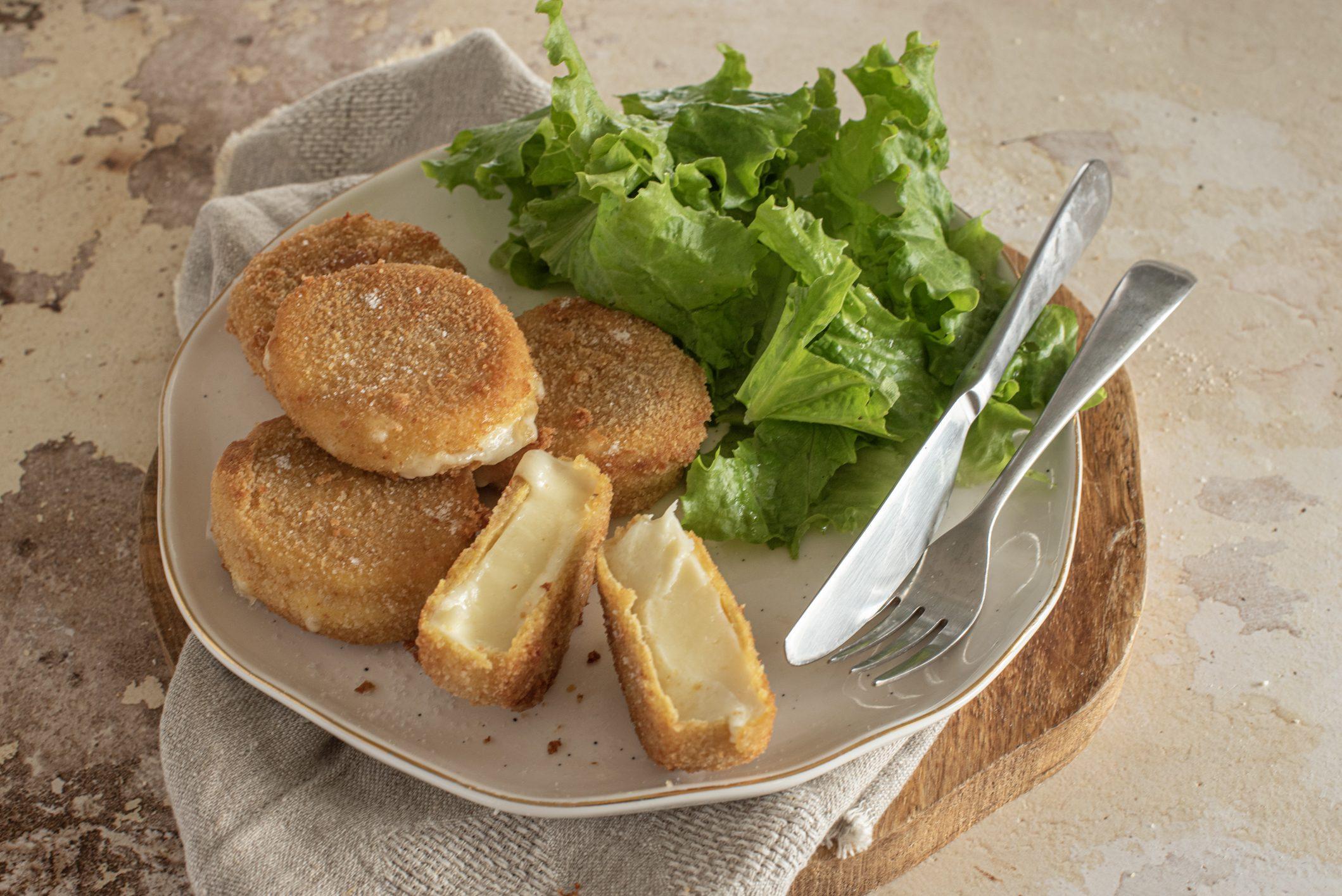 Medaglioni di formaggio fritto: la ricetta dell'antipasto goloso e filante