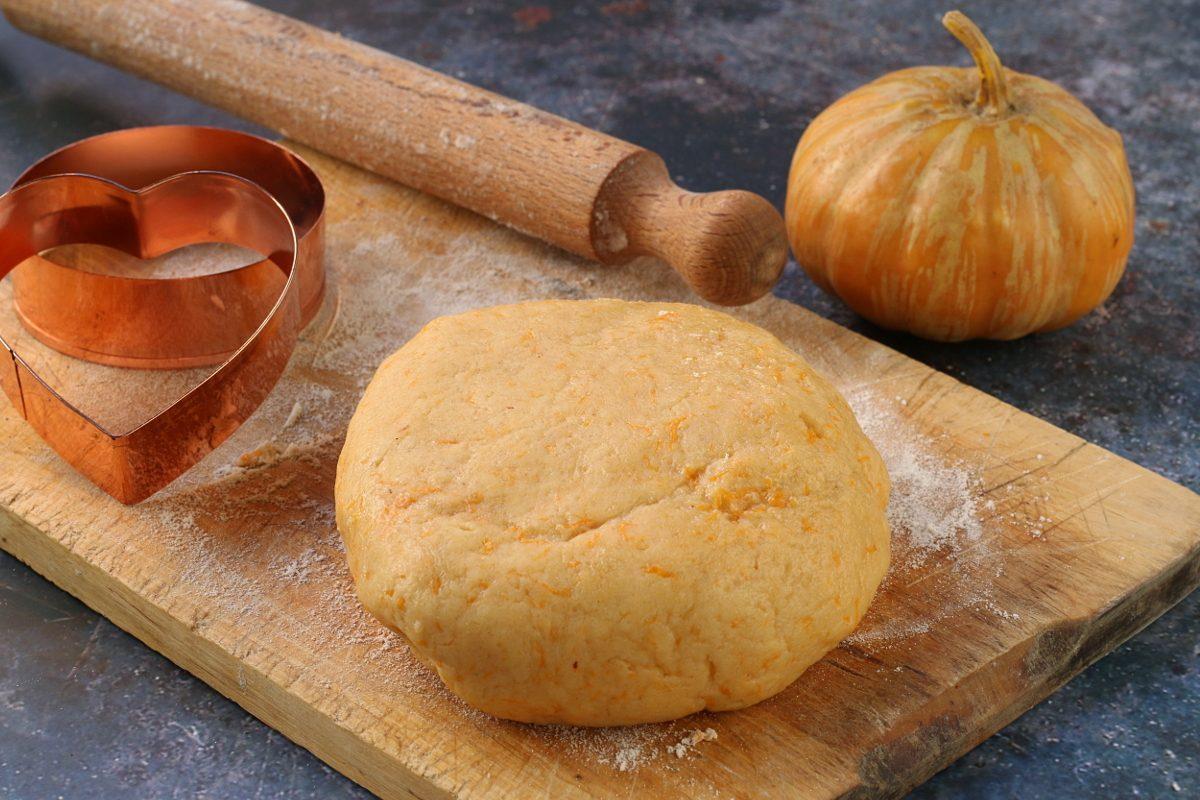 Pasta frolla con la zucca: la ricetta del goloso impasto per biscotti e crostate