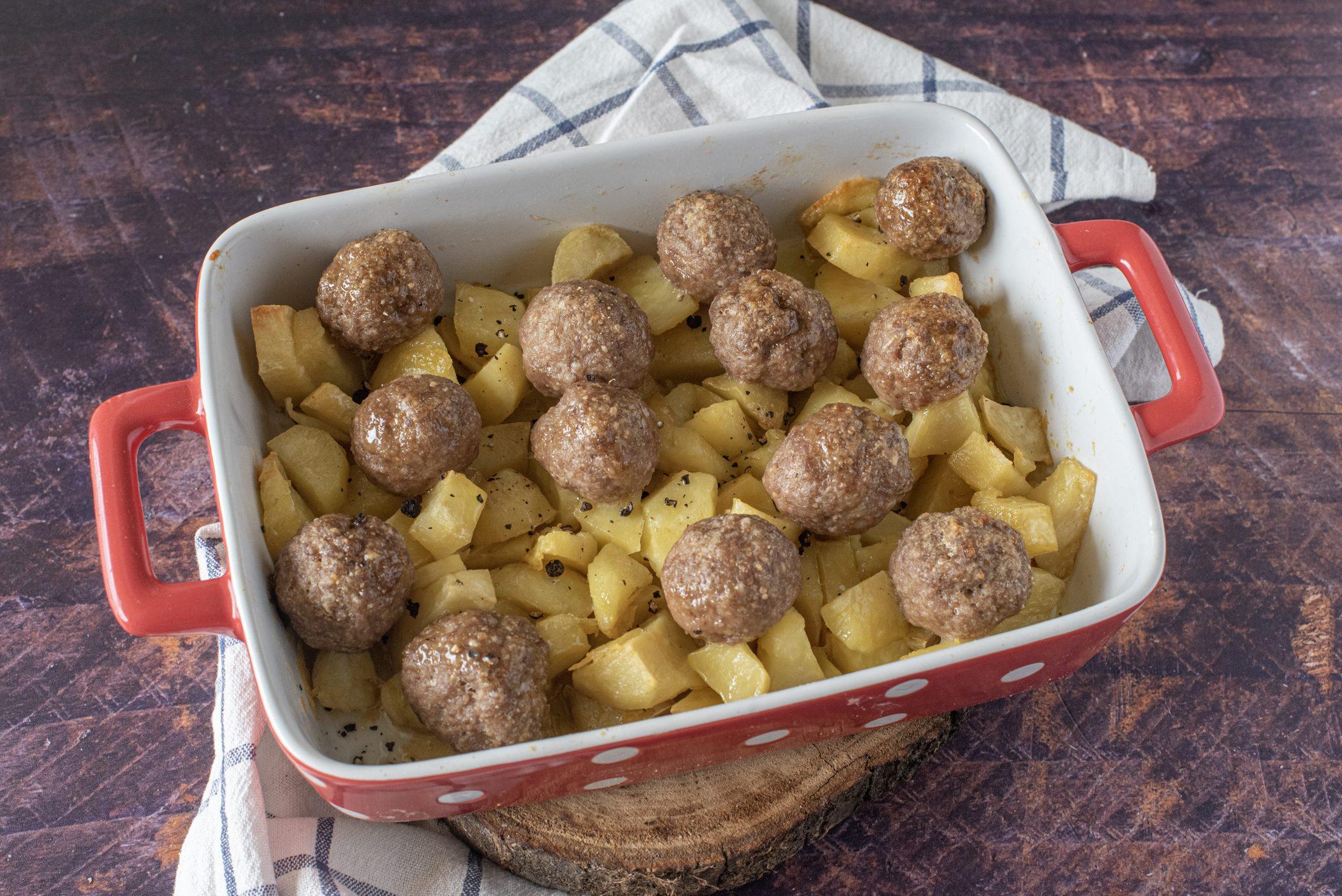 Polpette con patate al forno: la ricetta del piatto facile e golosissimo
