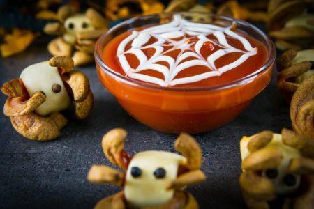 Ragnetti di würstel: la ricetta degli stuzzichini mostruosi per Halloween
