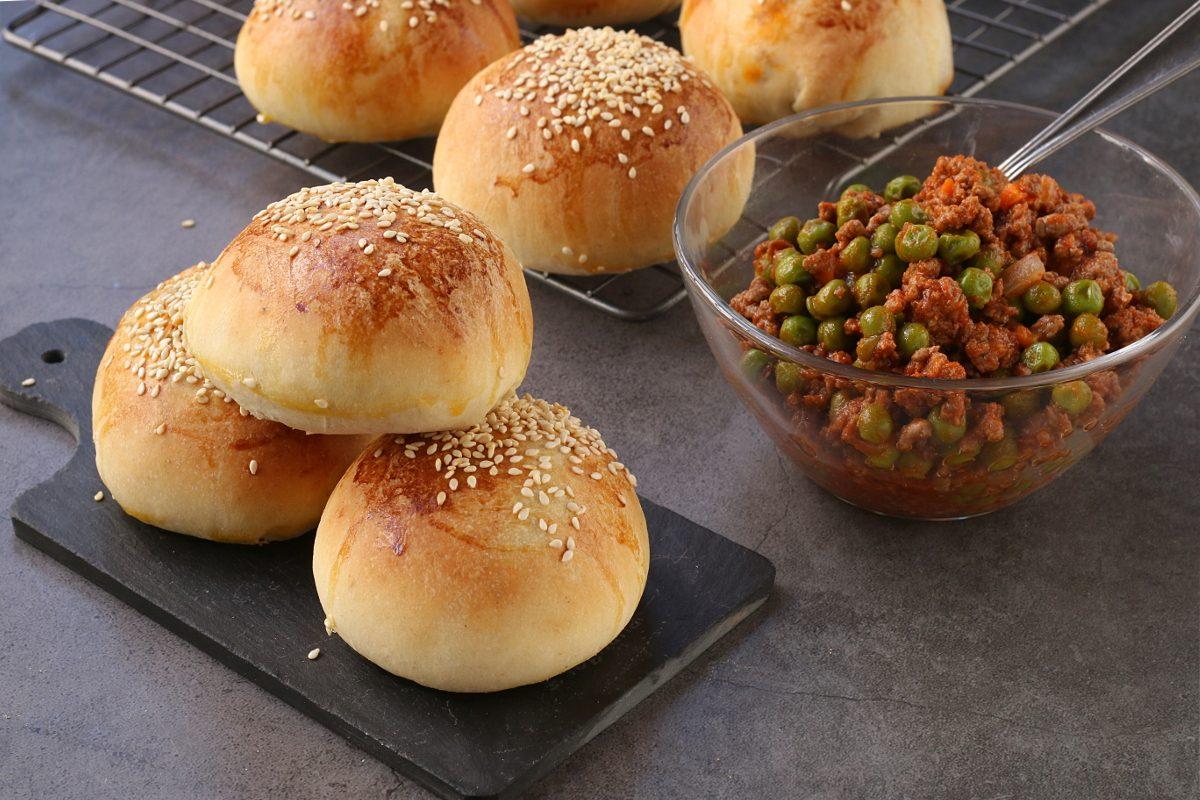 Ravazzate siciliane: la ricetta dei tipici panini morbidi ripieni di ragù