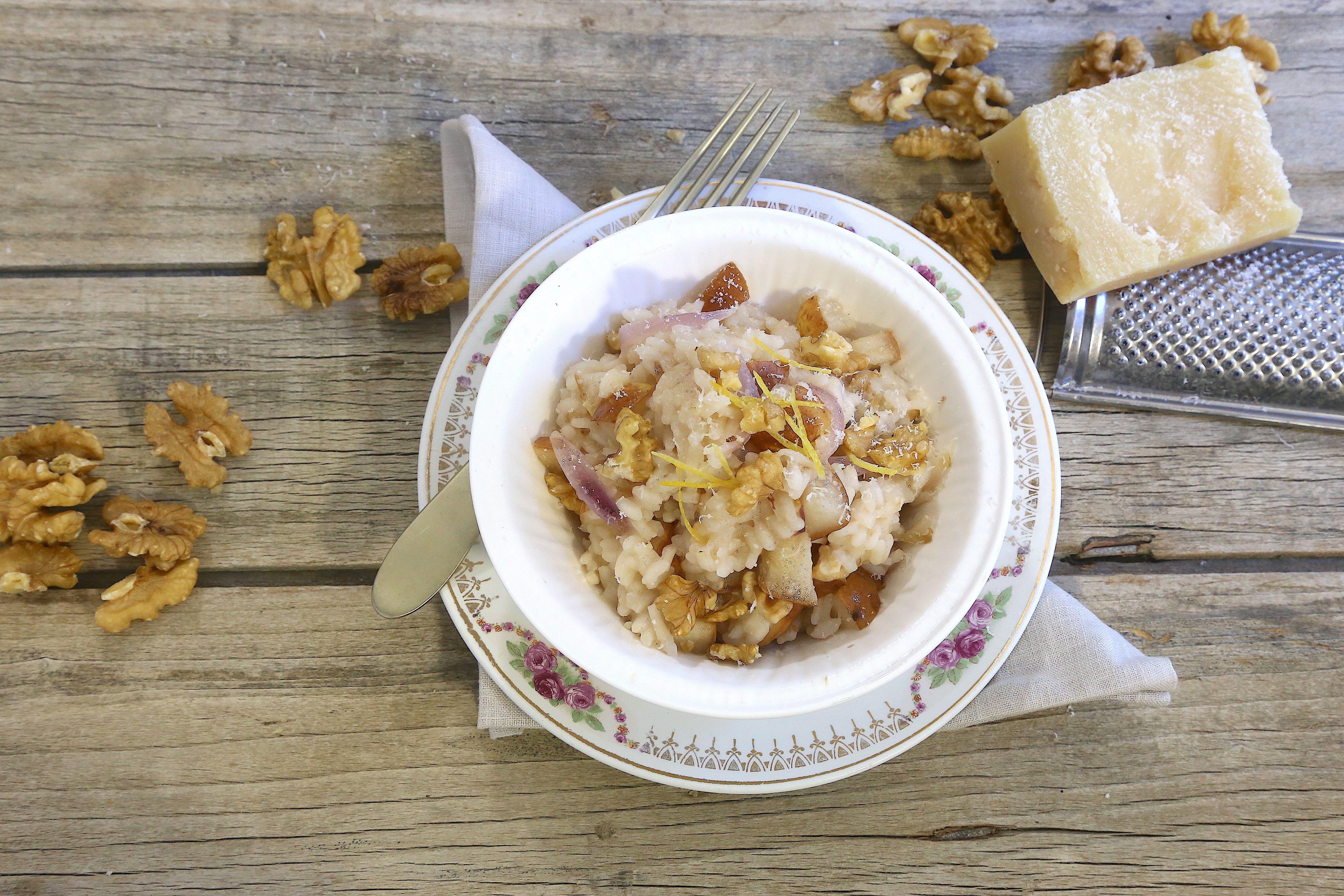 Risotto pere e noci: la ricetta del primo raffinato e gustoso