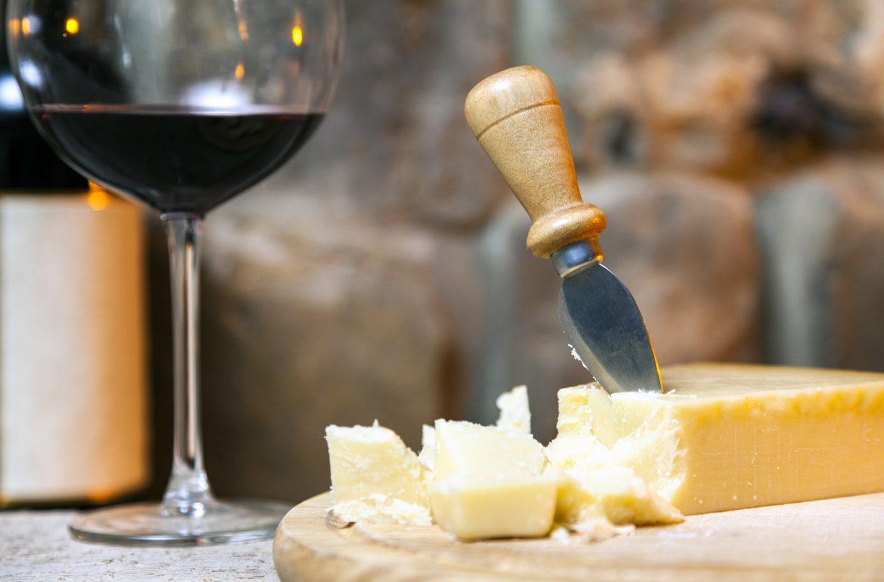 Come abbinare il vino al formaggio a pasta dura