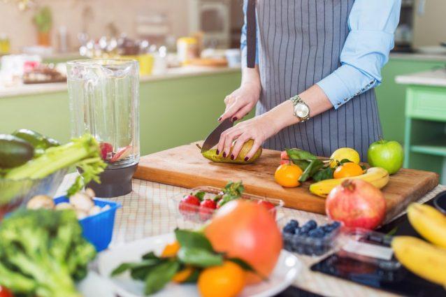 Cucina sicura: cinque consigli per prevenire la contaminazione del cibo