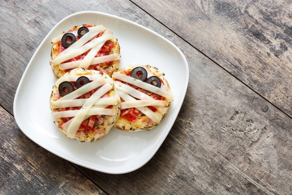 Pizzette mummia: la ricetta dello stuzzichino semplice e sfizioso per Halloween