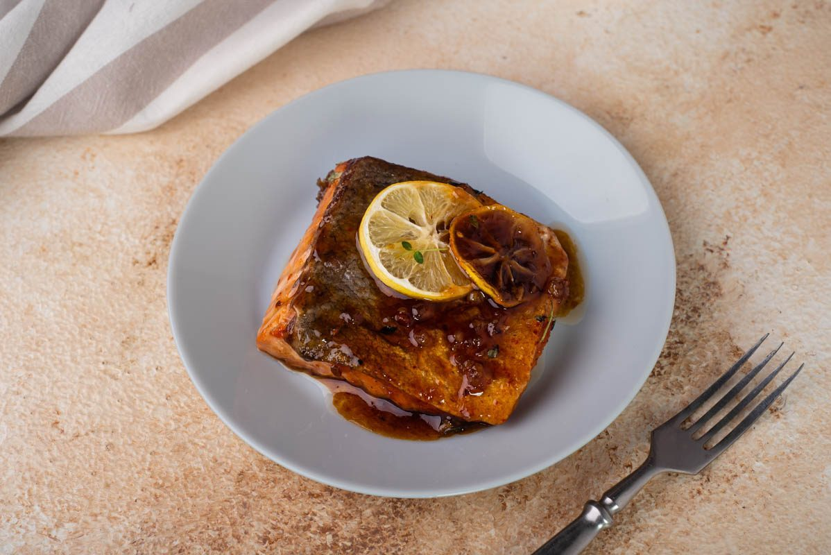 Salmone glassato con miele e aglio: la ricetta del secondo facile, veloce e profumato