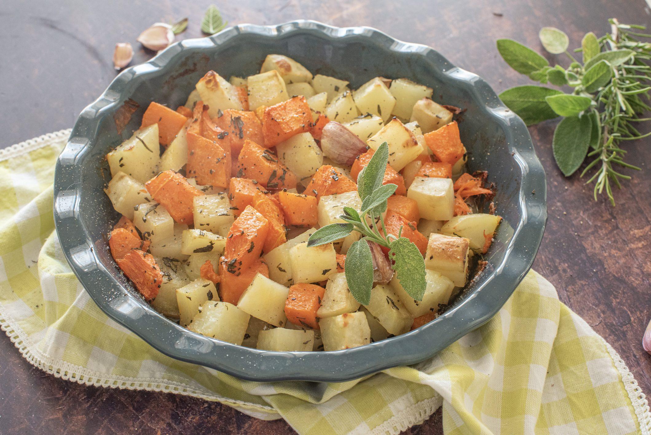 Patate e zucca al forno: la ricetta del contorno goloso e super semplice