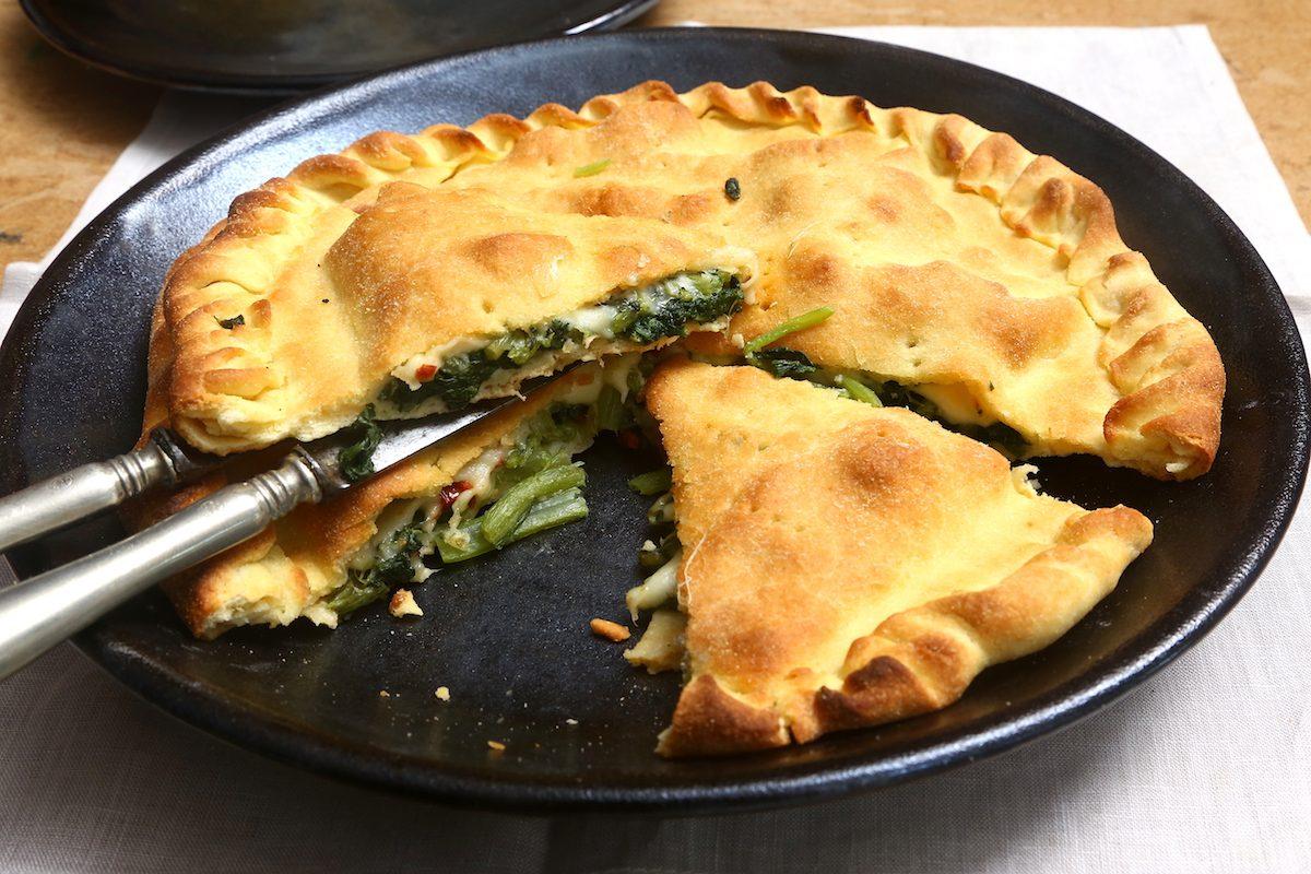Focaccia con bietole e provola: la ricetta del rustico filante e gustoso
