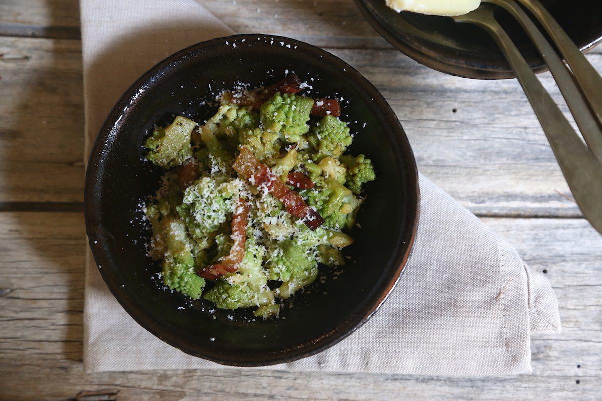 Broccolo romano in padella con guanciale e pecorino: la ricetta del contorno goloso