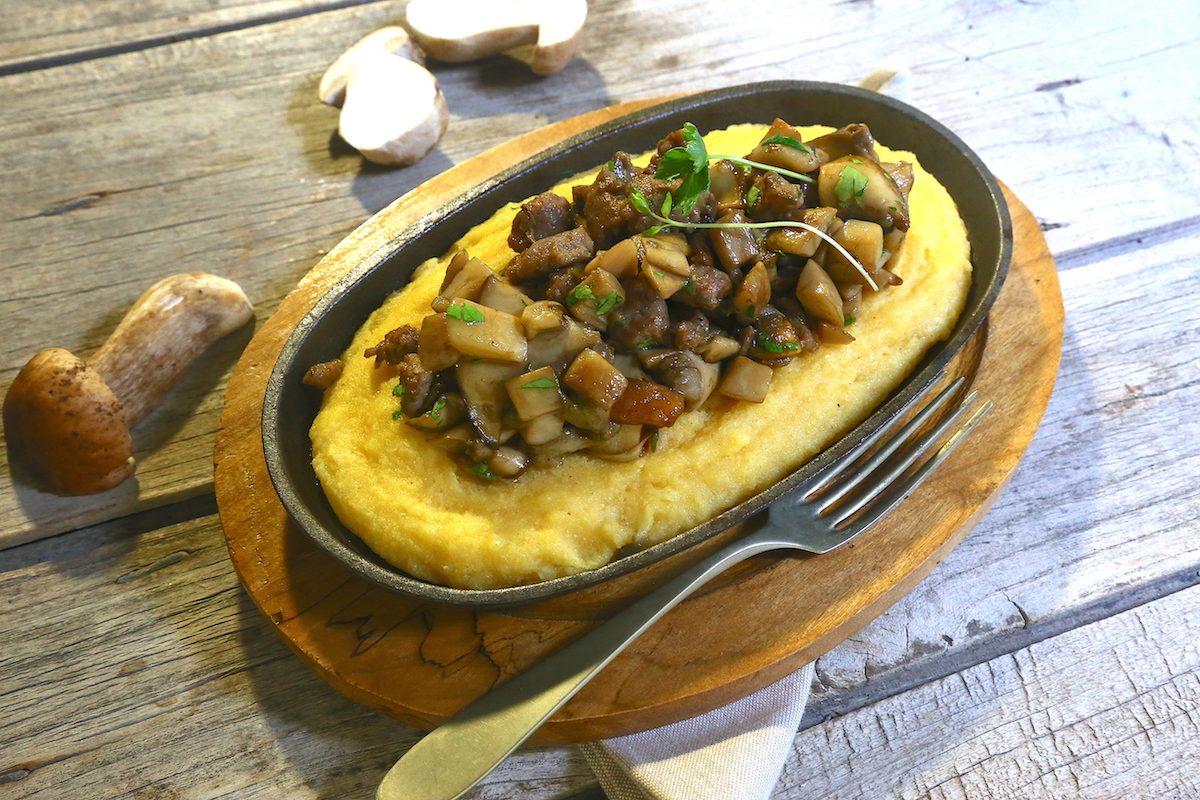 Polenta funghi e salsiccia: la ricetta del piatto unico ricco e saporito