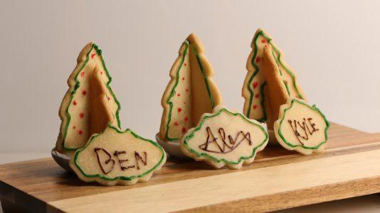 Biscotti segnaposto natalizi: la ricetta degli alberelli di pasta frolla decorati