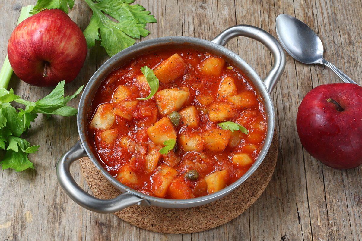 Caponata di mele: la ricetta del contorno siciliano in versione autunnale