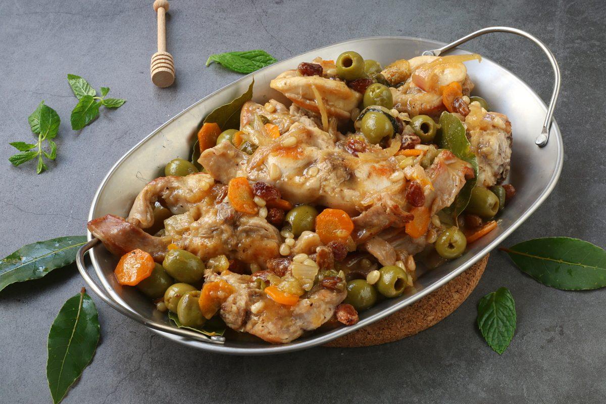 Coniglio alla stimpirata: la ricetta del piatto siciliano ricco e saporito