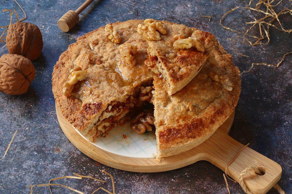 Crostata di noci e miele: la ricetta del dolce rustico e profumato