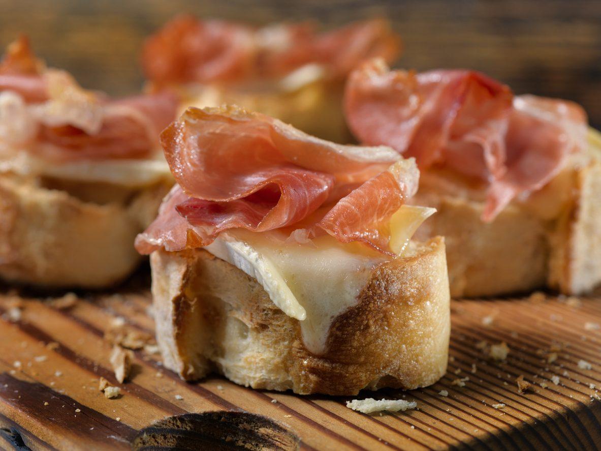 Crostini con mozzarella e prosciutto: la ricetta dell'antipasto semplice e saporito