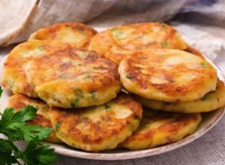Frittelle di patate e salame: la ricetta dell'antipasto facile e sfizioso