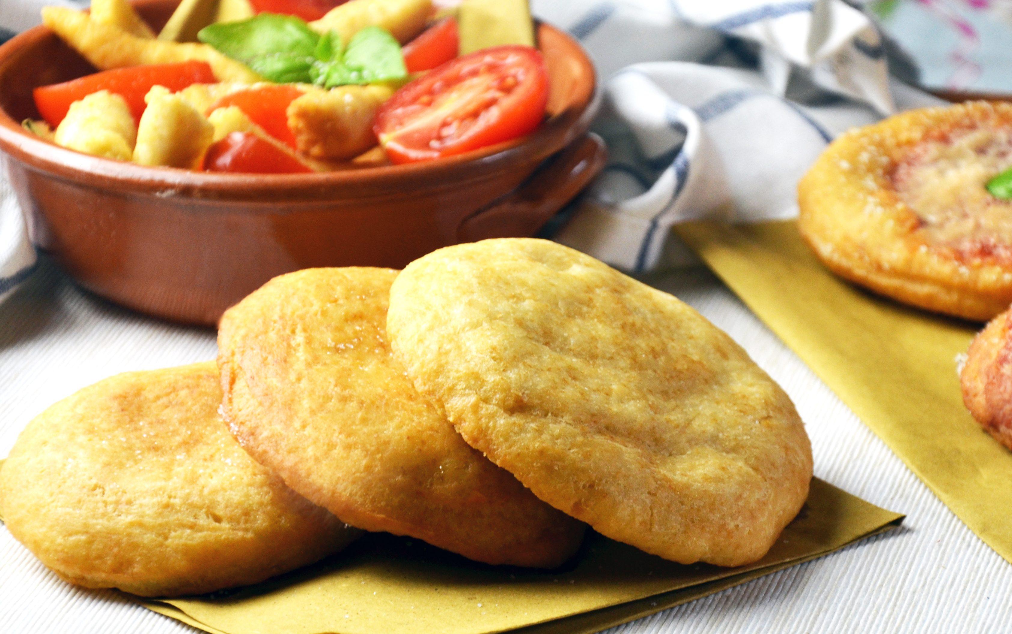 Frittelle salate senza lievitazione: la ricetta delle pizzette golose e versatili