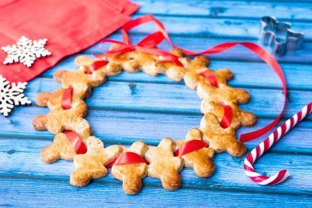 Ghirlanda di biscotti di pan di zenzero: la ricetta natalizia originale e decorativa