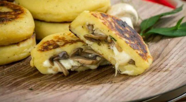 Medaglioni di patate ripieni di funghi e provola: la ricetta dell'antipasto goloso