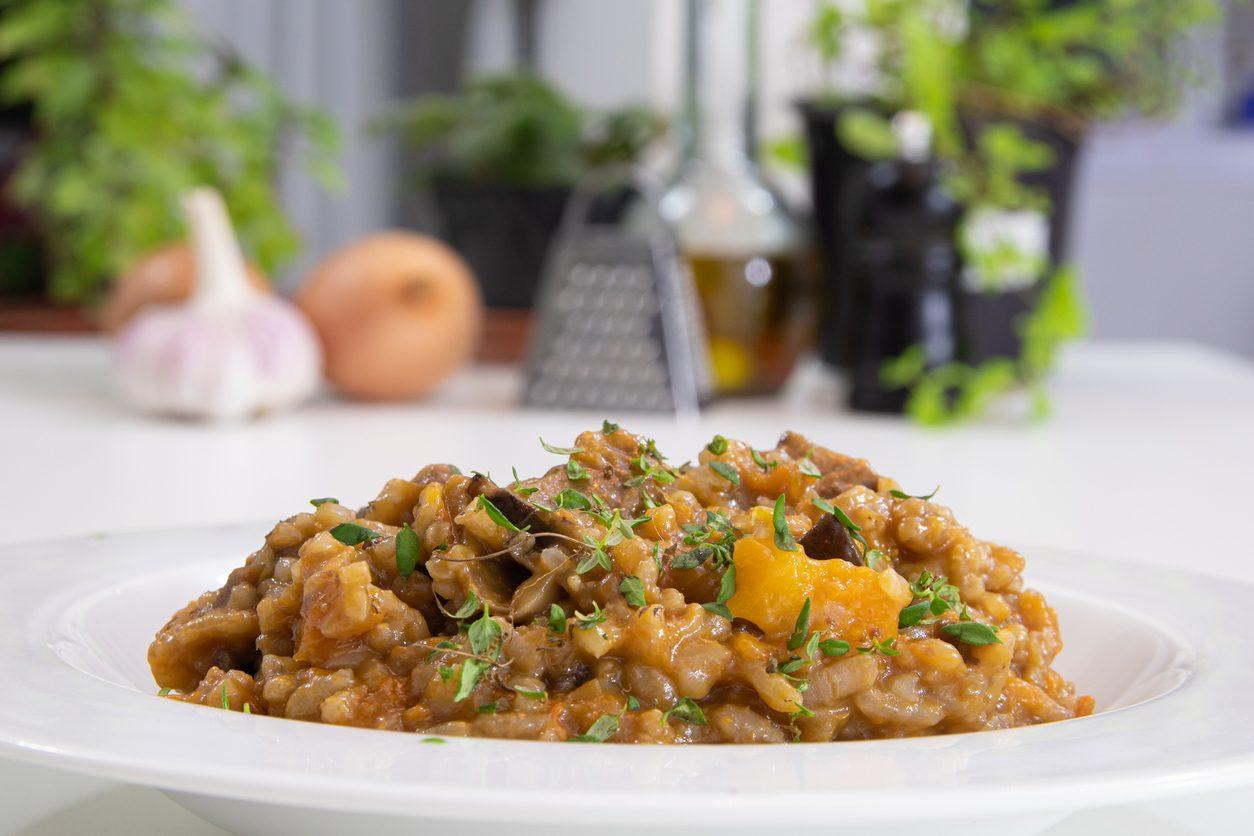 Risotto con la zucca e funghi: la ricetta del piatto autunnale cremoso e saporito