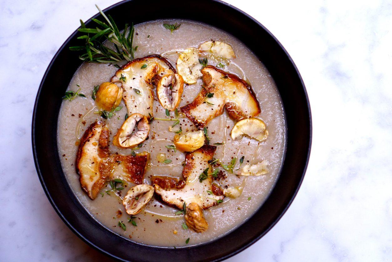 Zuppa di castagne e funghi: la ricetta del primo piatto autunnale saporito e profumato