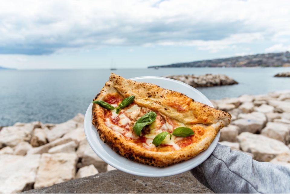 A Napoli un ristorante devolve l'incasso del delivery ai dipendenti in cassa integrazione