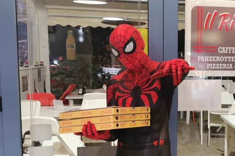Spiderman, Ironman e forse anche i Minions: i fattorini-supereroi che consegnano le pizze