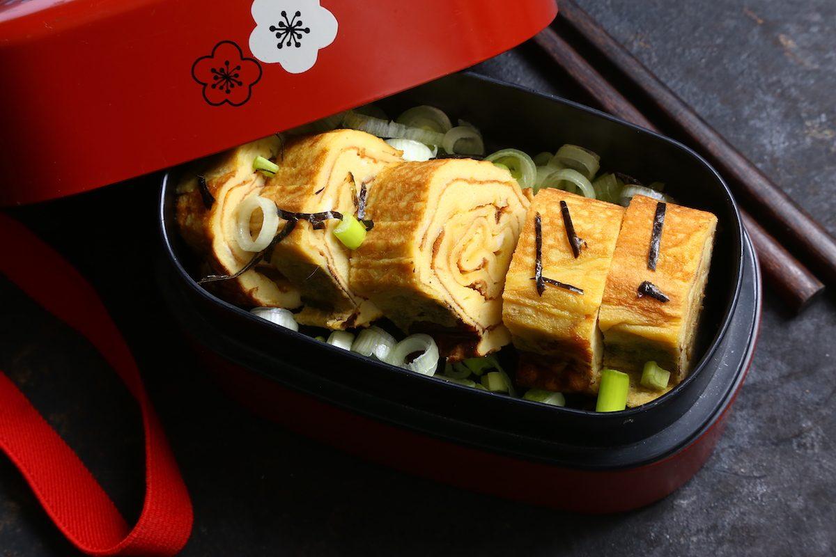 Tamagoyaki con cipollotti e alghe nori: la ricetta della sfiziosa omelette giapponese