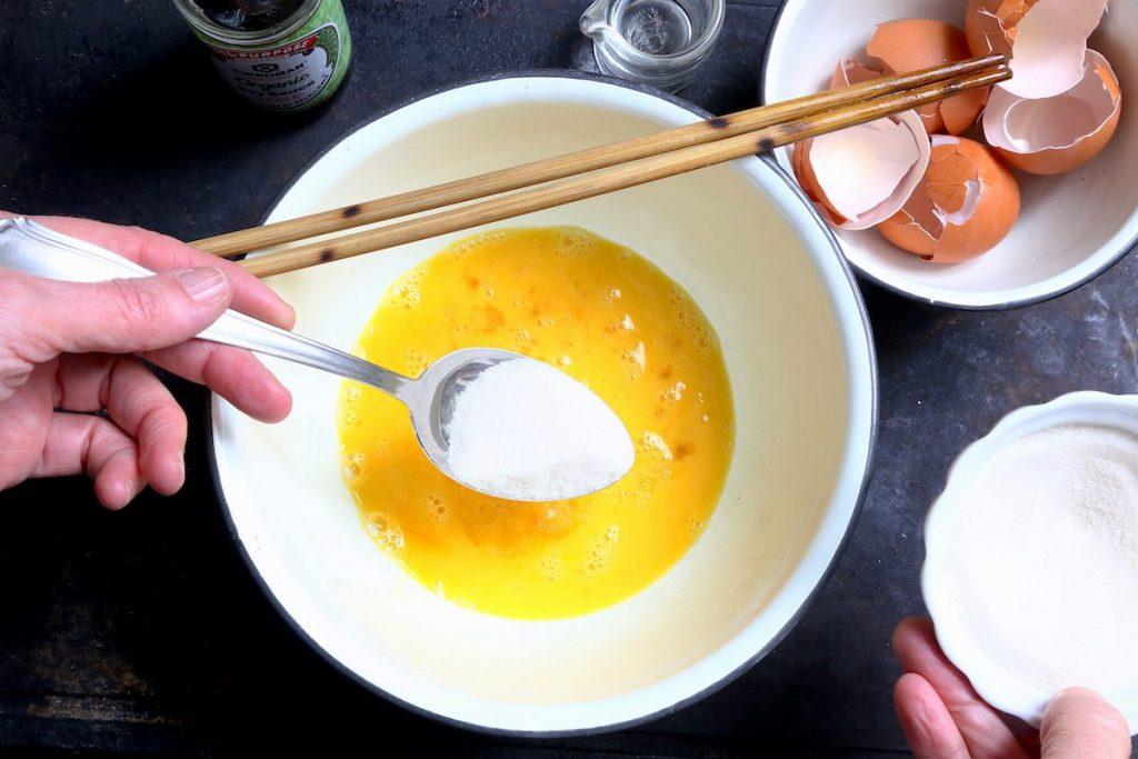 2_tamagoyaki_aggiungere zucchero © gooduria lab