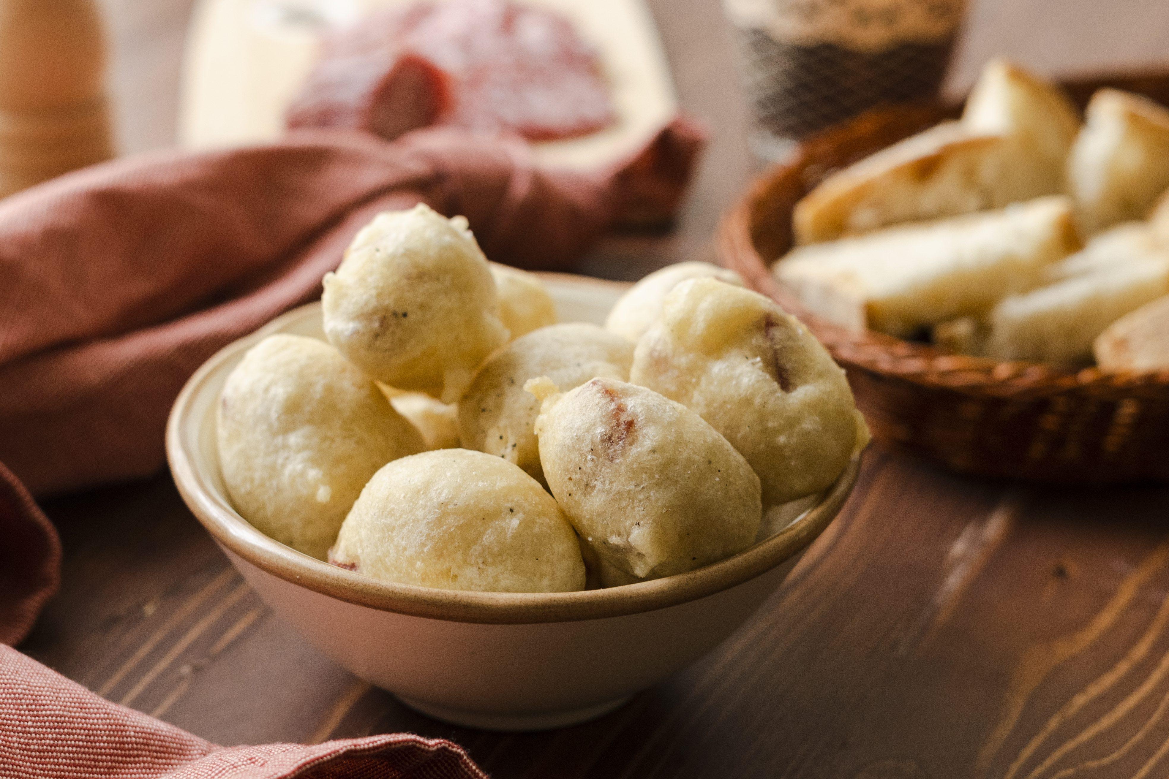 Frittelle al salame: la ricetta dell'antipasto sfizioso e croccante