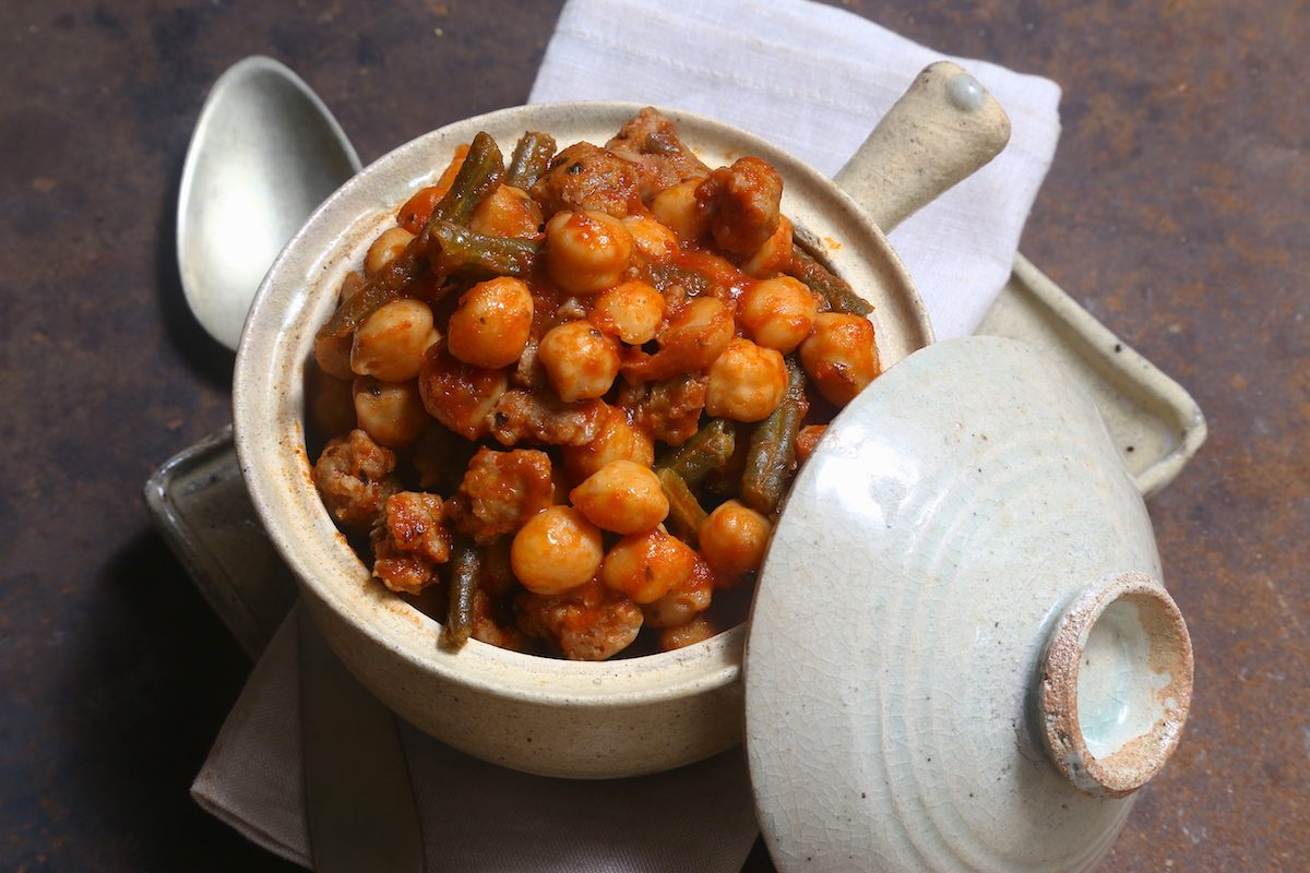 Ceci e salsiccia: la ricetta del piatto ricco e sostanzioso