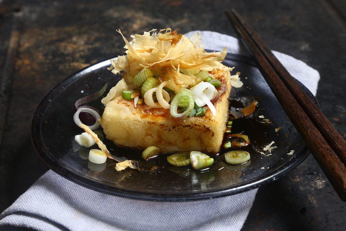 Tofu dorato con cipollotti: la ricetta giapponese golosa e adatta a tutti