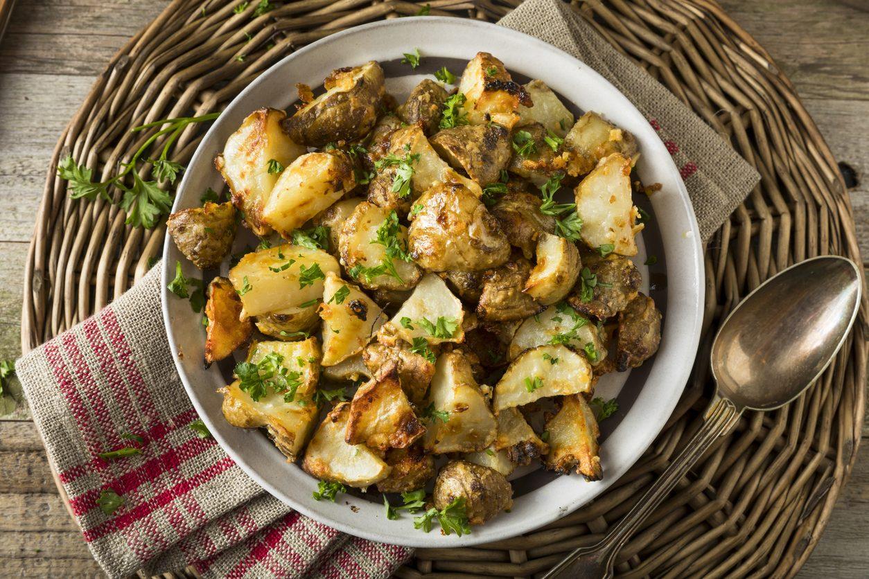 Carciofi e patate al forno: la ricetta della pietanza gratinata semplice e saporita
