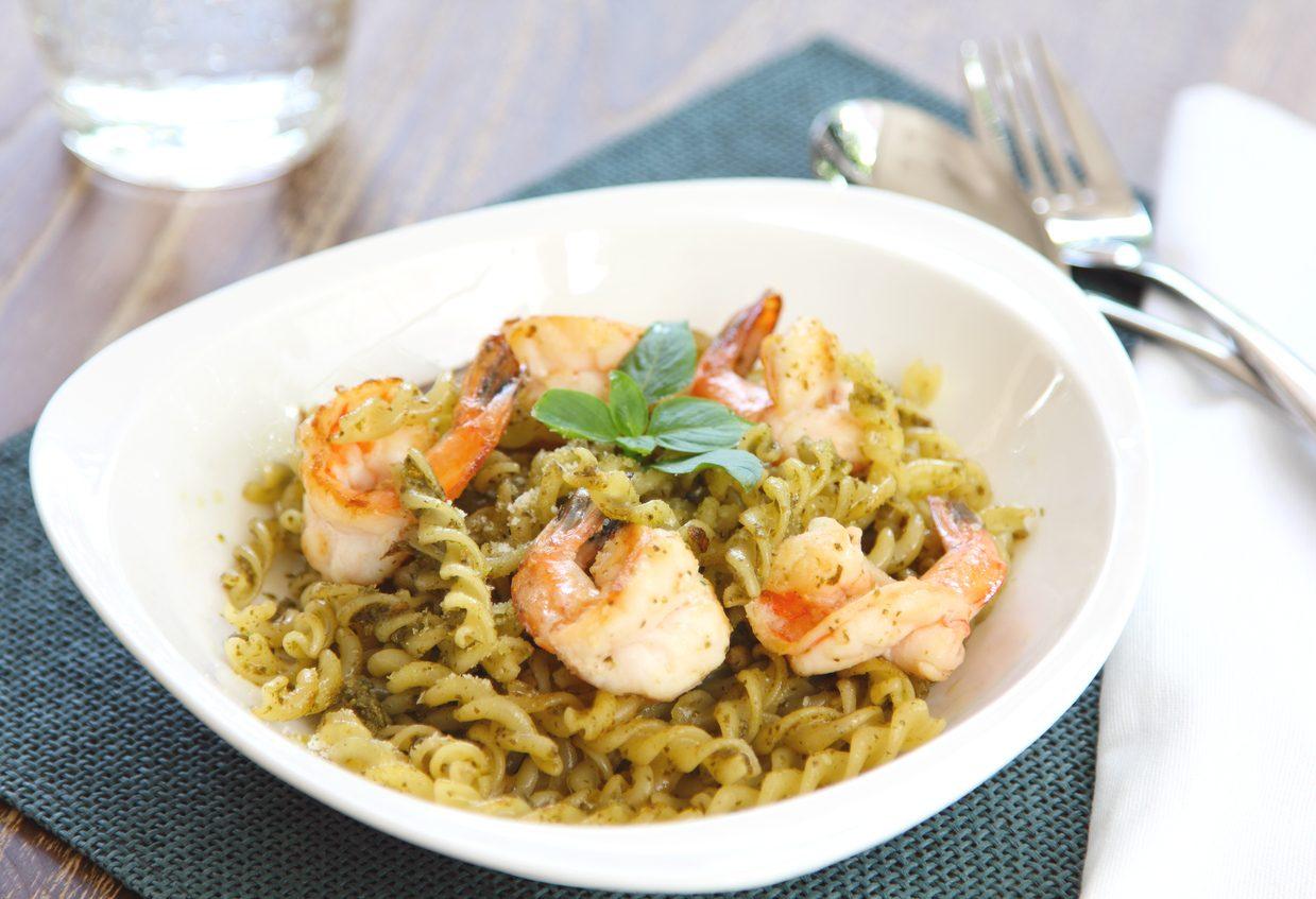 Pasta con pesto di pistacchi e gamberi: la ricetta del primo piatto semplice e raffinato