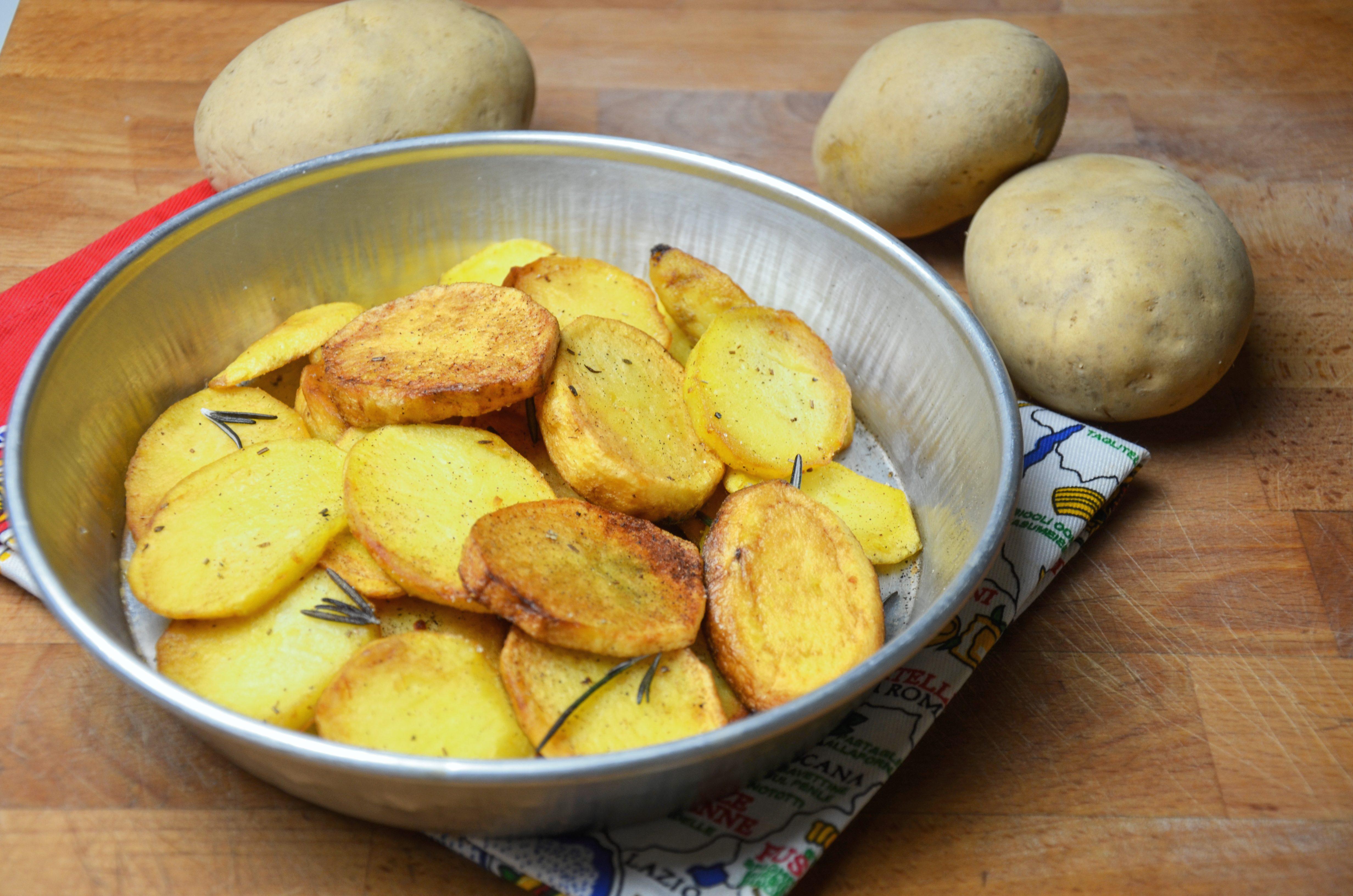 Patate arrostite in padella: la ricetta del contorno veloce e irresistibile