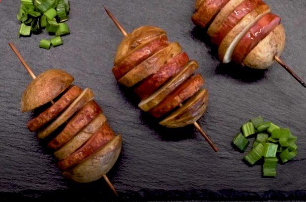 Spiedini di patate e würstel: la ricetta dell'antipasto al forno semplice e sfizioso