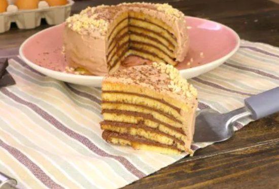 Torta di pancake: la ricetta del dolce veloce e goloso con crema di nocciole