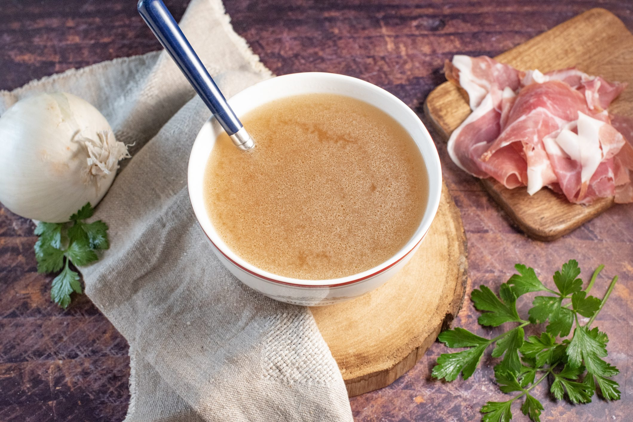 Brodo di prosciutto crudo: la ricetta della preparazione di base versatile e gustosa