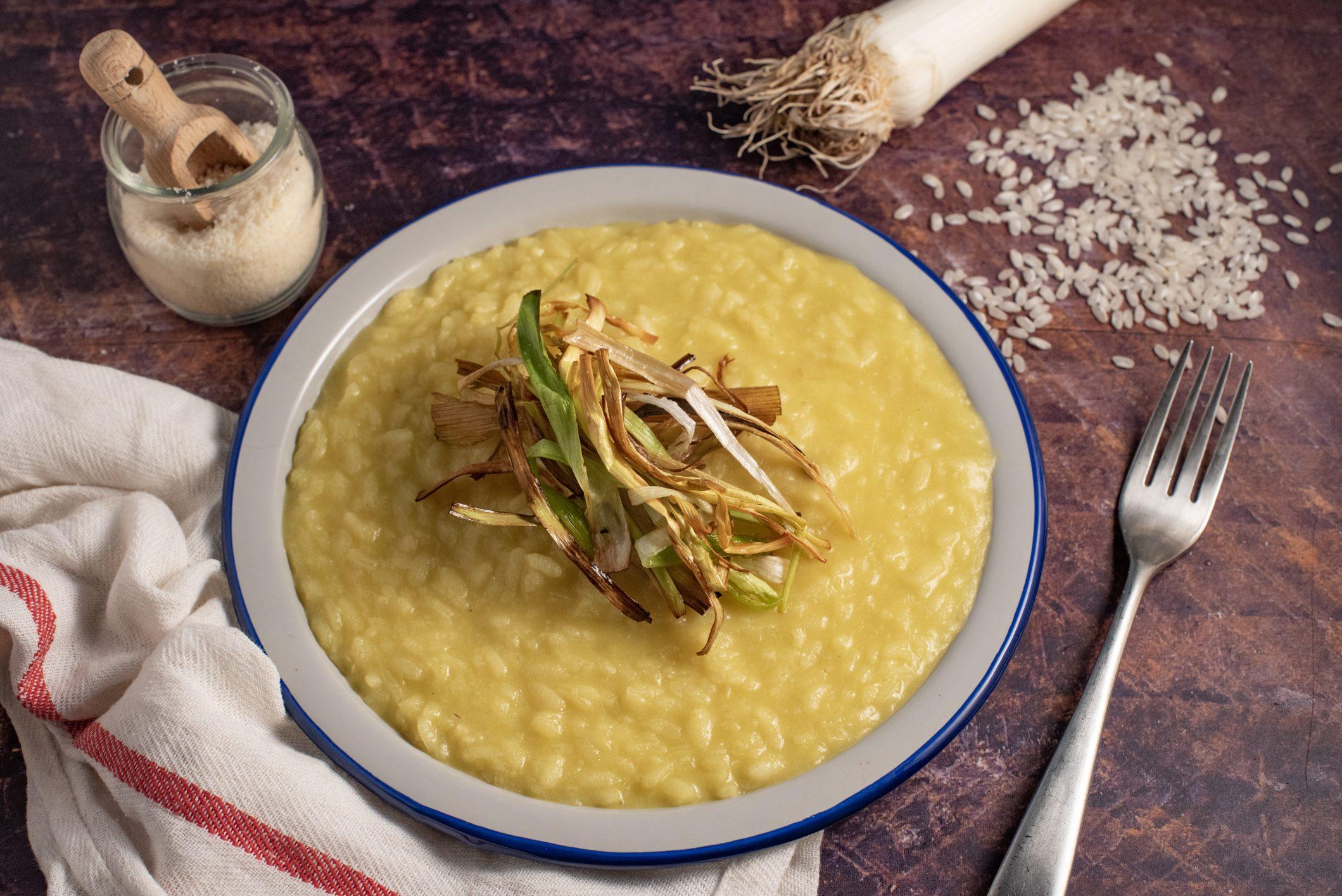 Risotto porri e zafferano: la ricetta del piatto goloso e raffinato