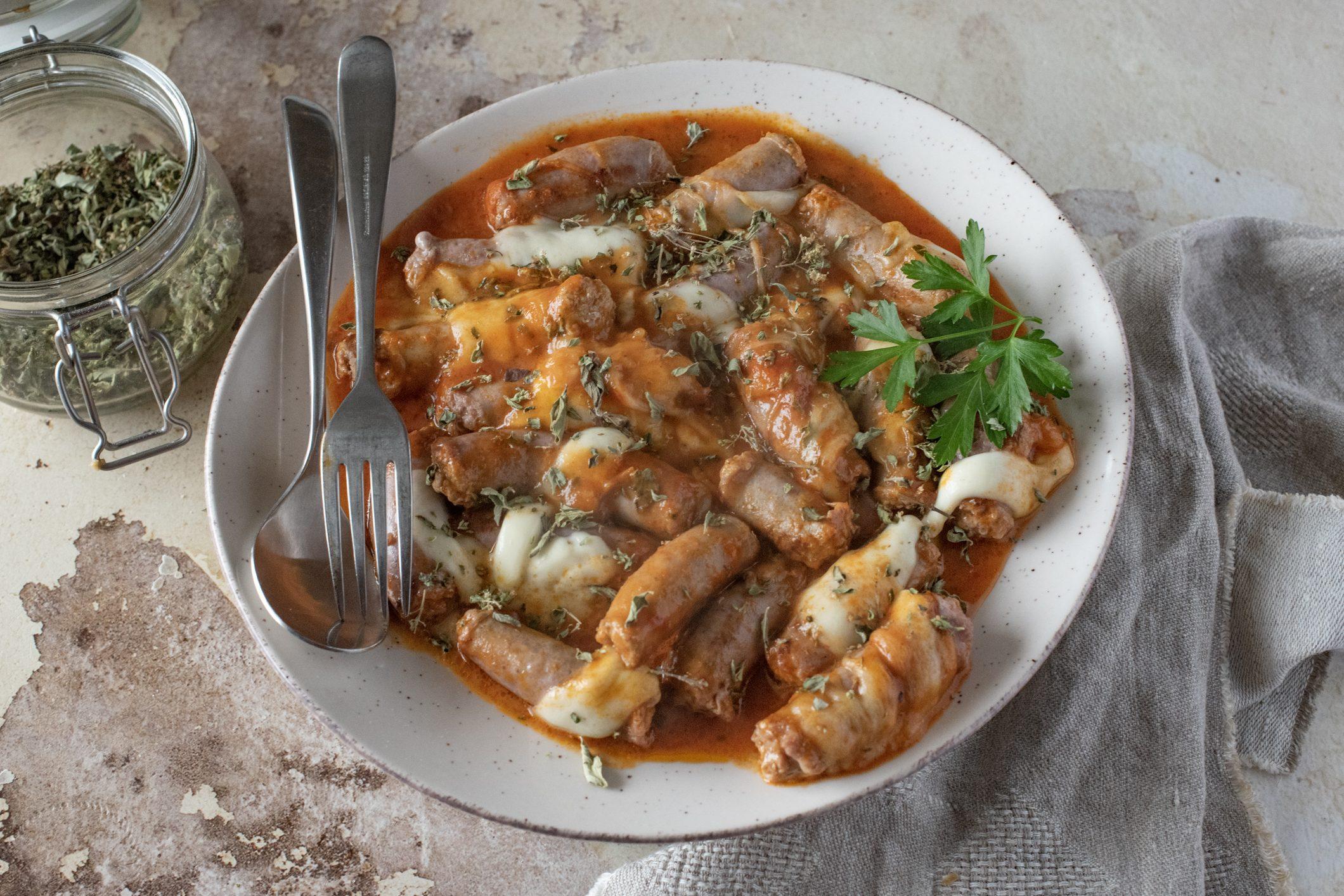 Salsiccia alla pizzaiola: la ricetta del secondo piatto appetitoso e filante
