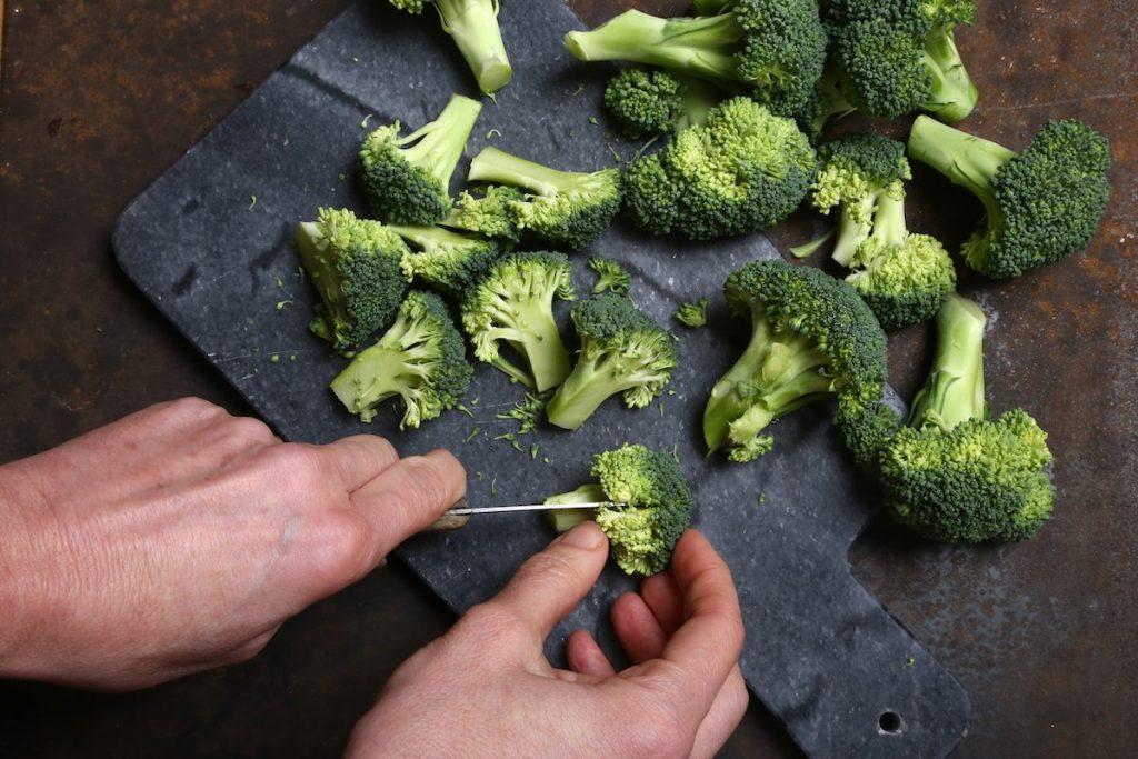 2_tagliare a metà le cimette_pasta e broccoli in brodo©Gooduria lab