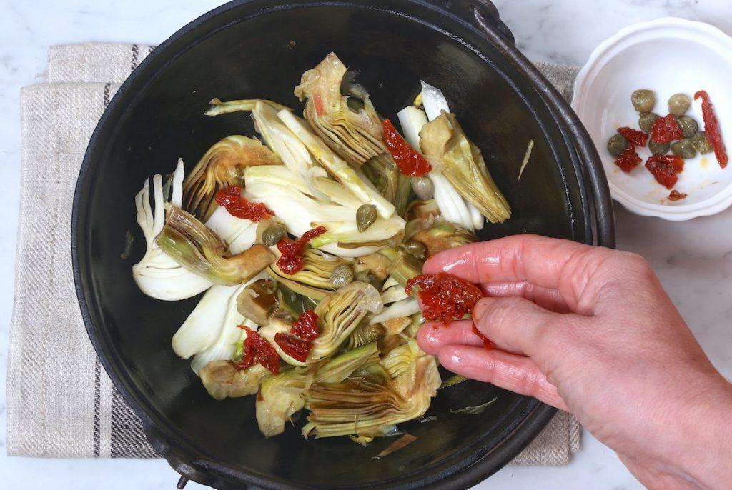 4_aggiungete i pomodorini secchi_padellata di finocchi e carciofi©Gooduria lab