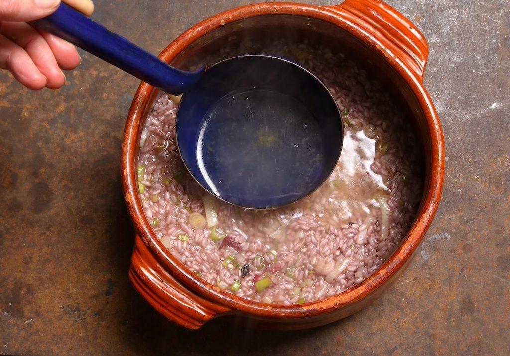 4_aggiungete il brodo_risotto radicchio e Amarone ©Gooduria lab