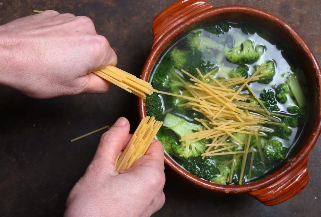 4_spezzare gli spaghetti_pasta e broccoli in brodo©Gooduria lab