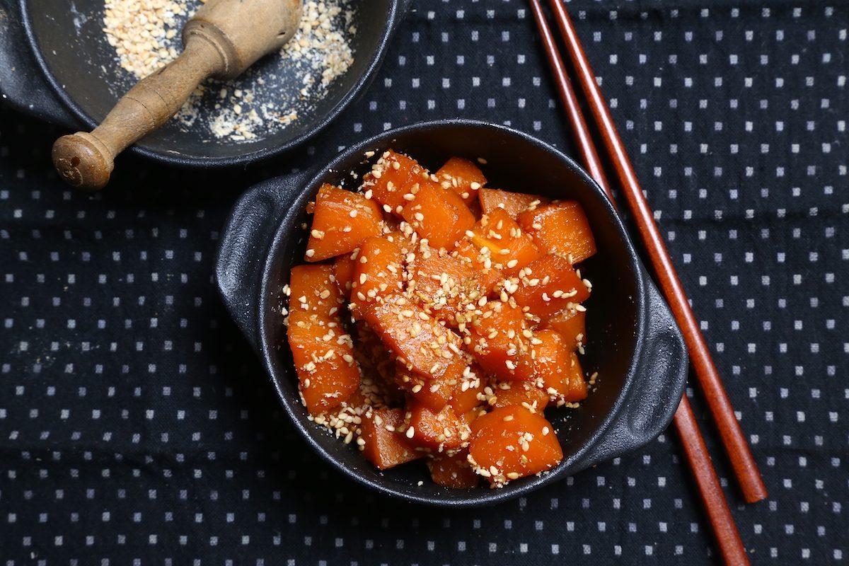 Zucca con glassa dolce di soia e sesamo: la ricetta del contorno delicato e gustoso