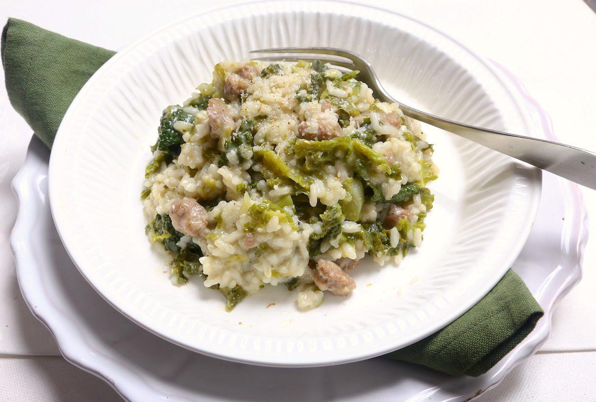 Risotto verza e salsiccia: la ricetta semplice e golosa, ideale per le giornate invernali