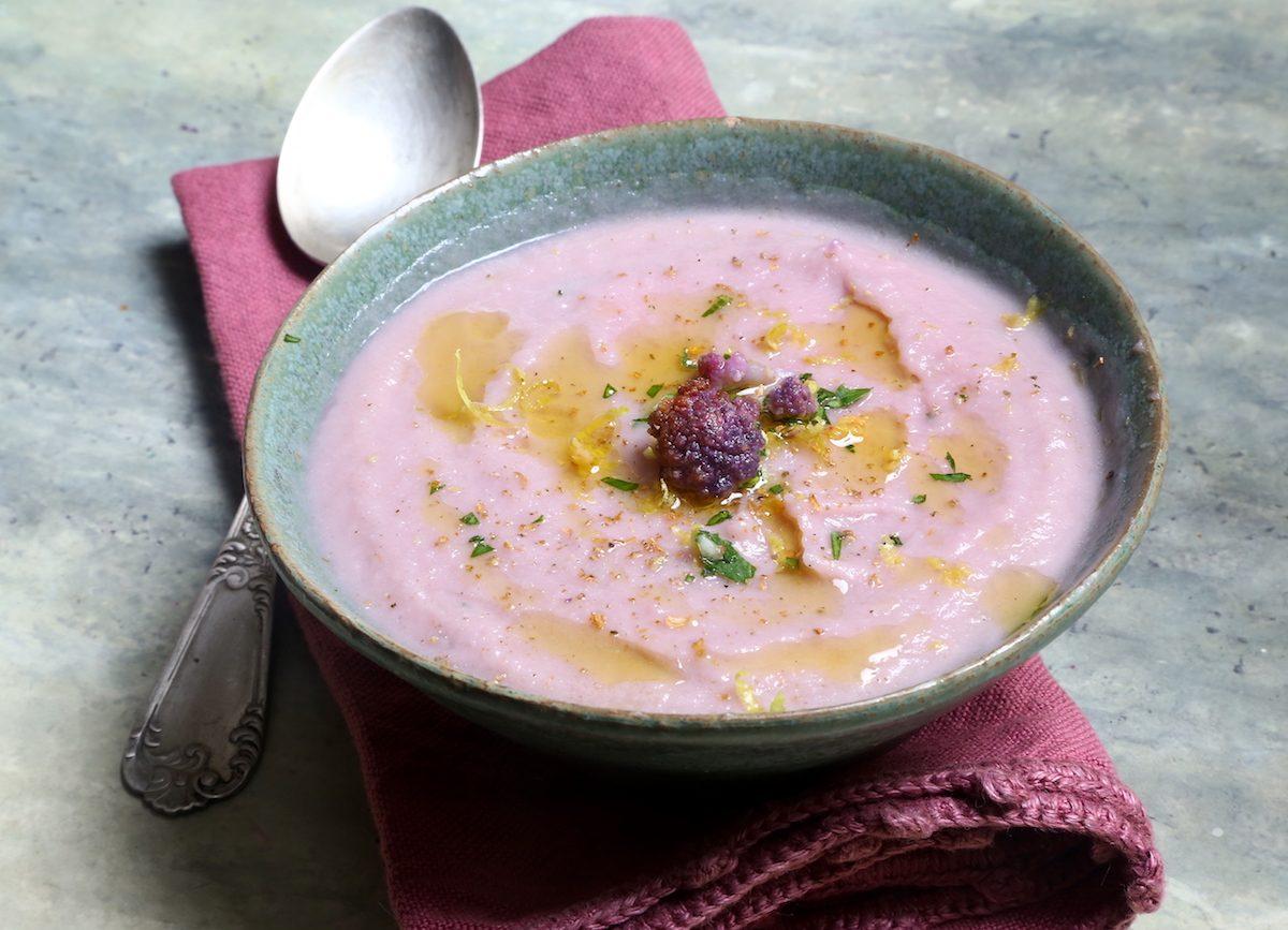 Vellutata di cavolfiore viola: la ricetta del confort food dell'inverno