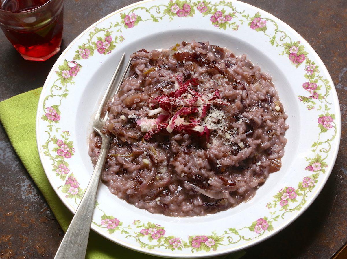 Risotto radicchio e amarone: la ricetta del piatto veneto gustoso e aromatico