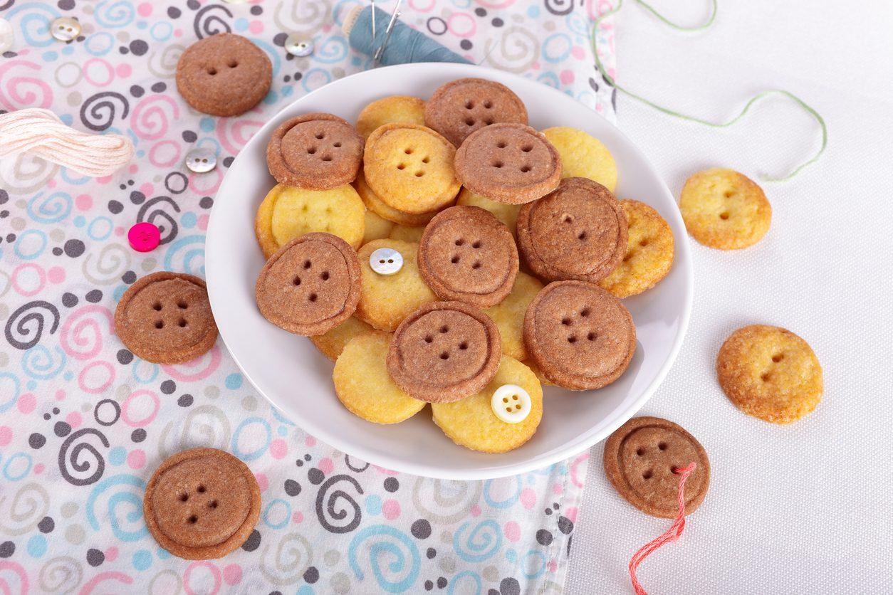 Biscotti a forma di bottone: la ricetta dei biscottini di pasta frolla semplici e sfiziosi