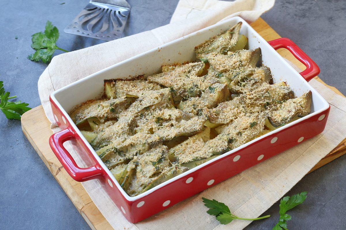 Carciofi e patate al forno gratinati: la ricetta del contorno leggero e saporito